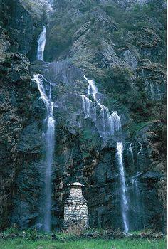 Buddhist stupa, Annapurna Circuit, Annapurna mountain range of central Nepal.  √