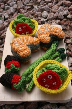 I think @Gloria Mladineo Mladineo Beebout needs to knit play food next year! Isn't this cute???