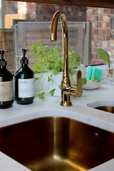If there is anything that most people in our kitchen have commented on it is my golden sink and tap. # good # reasons, suppose # if # it # sure # your # habitual # chrome appearance # actually # creates # a # statement # ag Vintage Kitchen Decor, Home Decor Kitchen, Diy Kitchen, Country Kitchen, Kitchen Ideas, Kitchen Decorations, Gold Kitchen, Kitchen Taps, Marble Effect Worktops