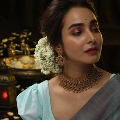 Own A Single Statement Neckpiece For Arresting Look! Check out how to wear single statement necklace for a killing saree look! Indian Bridal Fashion, Indian Wedding Jewelry, Indian Jewelry, Indian Weddings, Indian Makeup, Indian Beauty, Saree Jewellery, Bridal Jewellery, Temple Jewellery