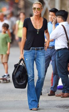 Heidi Klum looks effortlessly chic on the sidewalks of New York. Love the flare jeans and easy style. Mode Outfits, Casual Outfits, Fashion Outfits, Casual Wear, Heidi Klum, Mode Jeans, Looks Street Style, Denim Flares, Spring Fashion Trends