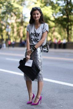 mujer con falda de lentejuelas y playera