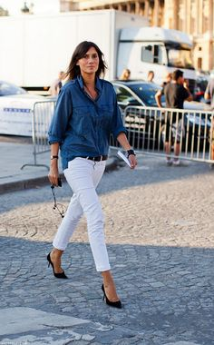Emmanuelle Alt rocks a chambray shirt & white denim White Skinnies, White Pants, White Denim, Blue Denim, Dark Denim, Distressed Denim, White Shorts, Look Jean, Denim Look