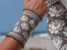 Henriette+von+Strickkönigin+auf+DaWanda.com Mittens Pattern, Knit Mittens, Knitted Gloves, Fair Isle Knitting, Hand Knitting, Knitting Patterns, Fingerless Mitts, Wrist Warmers, Knitting Accessories