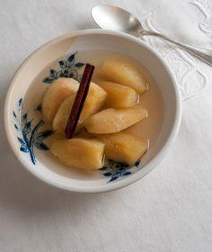 4 μεγάλα και σφιχτά κόκκινα μήλα 50 γρ. ζάχαρη 2 ξυλάκια κανέλας
