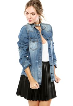 Jaqueta Jeans Coca-Cola Jeans Puídos Azul, com lavagem estonada e puída, bolsos frontais e fecho por botão. Modelagem reta, gola de pontas e mangas longas.Confeccionado em tecido plano, 100% algodãoOmbro: 12cm/ Manga: 62cm/ Busto: 100cm/ Comprimento: 70cm Tamanho: P.Medidas da Modelo: Altura : 1,78m/ Busto: 83cm/ Cintura: 60cm/ Quadril: 88cm.