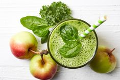 This smoothie recipe hits so many awesomeness points! It's a great beginner friendly green smoothie recipe because it's easy, it's full of vitamins and minerals — AND tastes like apple pie! Low Protein Diet, Healthy Protein Shakes, Smoothie Prep, Raspberry Smoothie, Green Smoothies, Vegetable Smoothies, Yogurt Smoothies, Green Fruits And Vegetables, Frozen Orange Juice Concentrate