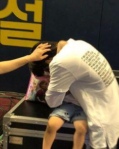 Kai hugging his nephew Black Kids Fashion, Kids Winter Fashion, Kids Fashion Boy, Toddler Fashion, Exo Kai, Suho, Kaisoo, Japanese Kids, Kim Minseok