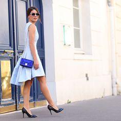 """Vestido azul bebê lindo, super clássico e feminino, com um scarpin preto todo bordado em tons de azul e para completar o degradê de azuis, a bolsa """"diorama"""" linda, no azul bic. - camila_paris2"""