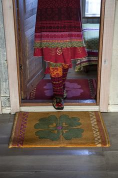 Herbst / Winter 2013 - Die Wollmatte ist dicht getuftet mit einem üppigen Blumenmotiv. Größe 55 x 80 cm. Eine tolle Fußmatte für jede Haustür.  http://www.gudrunsjoeden.de/wohnen/produkte/teppiche