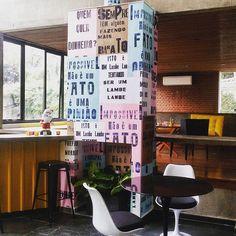 Lobby da Agência OMZ - Revestimento com lambe-lambe + mesa e cadeiras Saarinen #arquitetura #interiores #lobby #lambelambe #saarinen #eerosaarinen #amarelo #design #corporativo #arqcorporartva #reforma #sãopaulo #lambelambe #p23arq