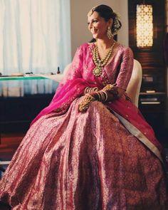 Gorgeous Brocade Blouse Designs To Amp Up Your Wedding Outfits Brocade Lehenga, Banarasi Lehenga, Brocade Blouse Designs, Brocade Blouses, Pink Bridal Lehenga, Pink Lehenga, Simple Lehenga, Saree Look, Indian Wedding Outfits