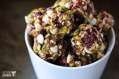 This Cranberry Pistachio Energy Bites recipe is a no-bake energy bites. It's combined with cranberry, pistachio, chia seeds, oats and held together with honey. Pistachio Recipes, Pistachio Biscotti, No Bake Energy Bites, Energy Bars, Healthy Energy Bites, Snacks Sains, Snacks Saludables, Good Food, Yummy Food