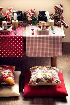 Giz e papel na mesa baixinha distraem pequenos convidados antes da ceia (Decoração de Natal | Christmas decor)