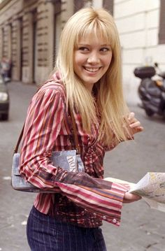 Out fit from the movie Logan Lerman, 2000s Fashion, Tween Fashion, Amanda Seyfried, Lizzie Mcguire Movie, Hilary Duff Lizzie Mcguire, Emperors New Groove, Perfect Boyfriend, Pitch Perfect