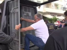 Empresário foi levado na caçamba de carro da Polícia Federal (Foto: Reprodução / TV Globo)