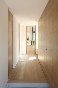 玄関ホール My Home Design, House Design, Kitchen Bar Design, Entrance Ways, Minimal Home, Japanese Interior, House Inside, Japanese House, Wooden Doors