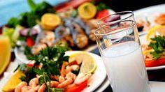 Ege'li bir rakısever, zeytinyağlı ve sebzelerden oluşan, özellikle balık sofrasında, deniz ürünleriyle donanmış mezeleri tercih eder.