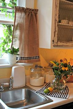 Simple and Stylish Tips and Tricks: Cafe Curtains Bedroom curtains design budget.How To Make Curtains Interior Design black gold curtains. Cozinha Shabby Chic, Shabby Chic Kitchen, Diy Kitchen, Kitchen Decor, Kitchen Ideas, Kitchen Paint, Stylish Kitchen, Kitchen Nook, Kitchen Styling