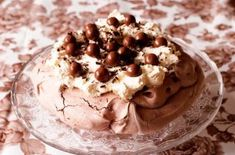 This simple Maltesers pavlova is a great showstopper that is cheap to make and is full of rich chocolaty flavours. It's a delicious meringue recipe Pavlova Cake, Pavlova Recipe, Chocolate Pavlova, Chocolate Desserts, Merangue Recipe, Gourmet Recipes, Dessert Recipes, Gourmet Foods, Vanilla Mug Cakes