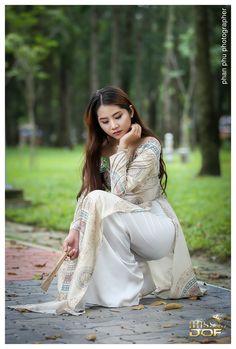 Vietnamese Traditional Dress, Vietnamese Dress, Traditional Dresses, Sexy Asian Girls, Beautiful Asian Girls, Gorgeous Women, Asian Ladies, Long Dress Fashion, Fashion Dresses