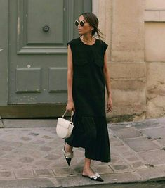 @the_peach_skin  Vestido midi preto  #vestido #dress #vestidomidi #vestidopreto #pretinhobasico #littleblackdress #moda #estilo #tendência #fashion #fashionblog #modamujer #modafeminina #streetstyle #streetfashion #streetwear #modaderua #estiloderua #outfitt #ootd #outfitoftheday #outfitideas #outfits #looks #lookoftheday #lookdodia #look #GostoDisto