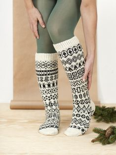 Ihana villasukkakalenteri! Näin neulot suloiset sukat jouluaattoon mennessä | Kodin Kuvalehti Joko, Knitting Socks, Bunt, Needlework, Knitting Patterns, Tights, My Style, Clothes, Fashion
