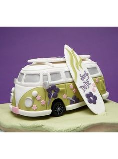 Helen Penman teaches how to create this cool Camper Van and Surfboard Cake on her course. This cake comes from her new book 'Cakes for the Boys'. I LOVE LOVE this cake! Unique Cakes, Creative Cakes, Fancy Cakes, Cute Cakes, Beautiful Cakes, Amazing Cakes, Fondant Cakes, Cupcake Cakes, Surfboard Cake
