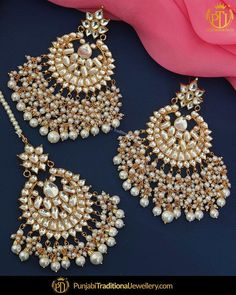 featured:- Kundan Pearl Tika & Earrings Set Shop our latest collection at our store or visit our website today to buy. You may also DM us OR contact . Tikka Jewelry, Indian Jewelry Earrings, Fancy Jewellery, Jewelry Design Earrings, Indian Wedding Jewelry, Indian Jewellery Design, Antique Jewellery Designs, India Jewelry, Stud Earrings