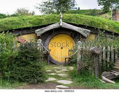 dh HOBBITON NEW ZEALAND Hobbits cottage door garden film set movie site Lord of the Rings