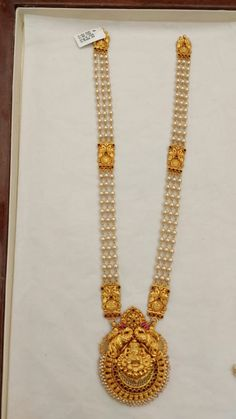 Gold Wedding Jewelry, Gold Jewelry Simple, Gold Jewellery, Pearl Jewelry, Pearl Necklace Designs, Jewelry Design Earrings, Gold Earrings Designs, Gold Mangalsutra Designs, Antique Jewellery Designs