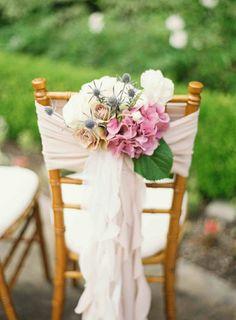hochzeitsdeko rosa hortensien rosen stuhldekoration weißes leinen
