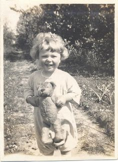 Happy Days - no date, cute teddy Vintage Family Photos, Vintage Children Photos, Vintage Pictures, Vintage Photographs, Vintage Images, Teddy Photos, Teddy Bear Pictures, Bear Photos, Old Photos