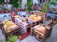 Outdoor Furniture Ideas Made with Wood Pallets: With the wood pallet, it is constantly simple to outline your wanted wood pallet furniture run. With this timber you can make all that. Pallet Lounge, Pallet Chair, Diy Pallet Furniture, Diy Pallet Projects, Recycled Furniture, Cool Furniture, Outdoor Furniture Sets, Furniture Ideas, Pallet Fence