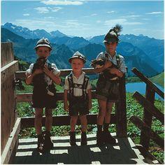 Trachtenbuben auf einer Berghütte