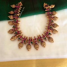 bridal jewelry design in india Ruby Necklace Designs, Jewelry Design Earrings, Beaded Jewelry Designs, Gold Jewellery Design, Gold Jewelry, Designer Jewelry, Gold Bangles, Indian Jewelry Sets, India Jewelry