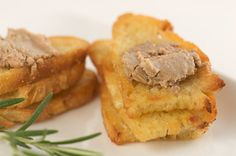 Chopped liver or chicken liver pate is a Jewish favorite that almost everyone loves. This version may be made in advance and frozen. Chicken Liver Pate, Chicken Livers, New Year's Eve Appetizers, Appetizer Recipes, Pate On Toast, Mousse, Tapas, Chopped Liver, Liver Recipes