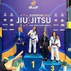 Botucatuense de 19 anos vence o Europeu de Jiu Jitsu em Portugal -     Giovanna Ebúrneo, jovem botucatuense nas artes marciais, venceu nesta quinta-feira, dia 19, o campeonato europeu de Jiu Jitsu na categoria peso galo. A disputa ocorreu em Lisboa, capital de Portugal.  Segundo o blog Esportes em Botucatu, a botucatuense, de apenas 19 anos,  - http://acontecebotucatu.com.br/esportes/botucatuense-de-19-anos-vence-o-europeu-de-jiu-jitsu-em-portugal/