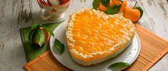 Die Herztorte mit Mandarinen wird mit einem Bröselboden zubereitet und einer Quarkcreme. Die fruchtigen Mandarinen geben der Torte den richtigen Kick und verbinden sich super mit der Aprikosenmarmelade, die auf den Bröselboden gestrichen wird.