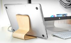 Bois et design : le support desktop Chair pour iPad Ipad Air, Support Ipad, Cool Tech Gadgets, Tablet Stand, Mens Gear, Cool Gear, Mens Essentials, Technology Gadgets, Mini