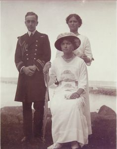 Grand Duchesses OIga and Maire with cousin George Mountbatten at Peterhof 1915