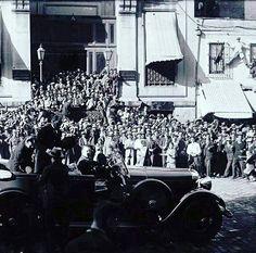 Erich Hartmann (@Alfred_Bubi) |TwitterGazi Mareşal Mustafa Kemal Atatürk, Türkiye İş Bankası'nın Yeni Camii Şubesi'ni ziyaretinden sonra aracına binerken - 16 Haziran 1928.