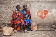 Colorful world of the Maasai women at the Arusha marketplace. And a lonely heart graffiti on their back. Heart Graffiti, Arusha, African Tribes, Lonely Heart, Tanzania, Fine Art Photography, Portraits, Colorful, Painting