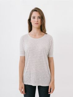 Luisa White T-Shirt // Sometimes it's tricky to find a T-shirt that meets the two basic requisites for day to day wear: comfort and style. If that's what you're looking for, you have come to the right place. The Luisa T-shirt is slightly oversized, with straight body and dropped sleeves. Made of a speckled grey light linen and viscose fabric, providing a very feminine fluidity. Oversize/Comfort fit.