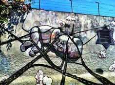 Obra de Paulo Ito, fica ali no Beco do Batman, na Vila Madalena. Tem uma pegada política forte, de questionar o jeito como a cidade é construída. Isso é demais.  This is by Paulo Ito and it's at Beco do Batman, in the neighborhood called Vila Madalena. It has a really strong political view, a strong way of crtiticizing the way the city is being built. I love that.