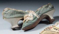 Escarpins de dame, époque Louis XVI. Petit façonné de soie à pastilles gris-bronze, galon de soie verte et ruché de taffetas vert sur l'empeigne. Petit talon recourbé en chevreau ivoire (pieds non différenciés, soie fusée). Provenance: Garde robe de la famille de Pons de L'Oliverie (région d'An-goulême)