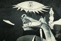 Guernica-Detail van de lamp die zich in het midden van het schilderij bevind met daar onder het paard dat in paniek rond rent. De lamp lijkt volgens sommige op een oog, dat een verwijzing zou kunnen zijn naar het alziend oog. Er is altijd een hoger macht die oordeelt over wat mensen doen.
