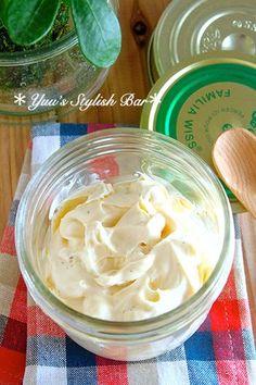 ミキサーに卵を割り入れ、菜種油以外の材料を全て入れておきます。ミキサーで撹拌し、全体が良く混ざったら、菜種油を少量ずつ加えて行き、その都度、良く撹拌します。これを何度か繰り返して行き、モタッとした感触になって来たら、残りの油を一気に加え、攪拌したら完成です!