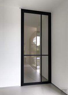 """Pivoterende glazen deur """"steel look"""" van ANYWAYdoors."""
