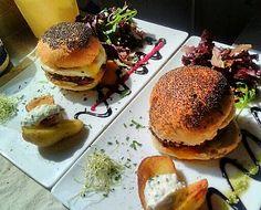 Le burger de la Tomette est de retour!!!! Pain graine de pavot, steak haché, tomates, cornichons, cheddar et oeuf sur le plat...  #tropbien #jaitropfaim #jadorecequevousfaites